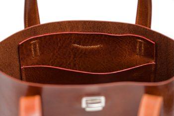 Tmavě hnědá kožená kabelka s voskovaným povrchem