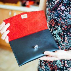 Výroba luxusního koženého psaníčka s červenou podšívkou z vepřovice
